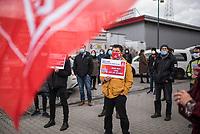 """Kundgebung von Mitarbeitern des Frankiermaschienenherstellers Francotyp-Postalia am Dienstag den 16. Maerz 2021 vor dem Firmensitz in Berlin-Pankow.<br /> Der Betriebsrat und die Gewerkschaft IG-Metall hatten zu einer """"Aktiven Mittagspause"""" aufgerufen, um gegen den Abbau von Arbeitsplaetzen und Einsparungen von mindestens 10 Millionen Euro zu protestieren.<br /> Diese Abbau-Plaene stellen des Vorstand stellen die Zukunft des 98 Jahre alten Berliner Traditionsunternehmens in Frage.<br /> 16.3.2021, Berlin<br /> Copyright: Christian-Ditsch.de"""