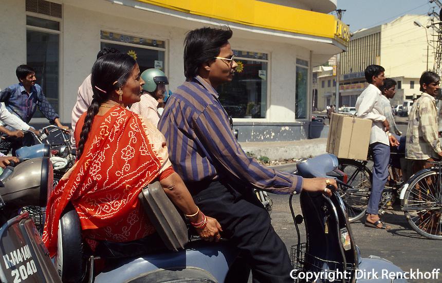 Indien, Jaipur (Rajasthan), Paar auf Scooter