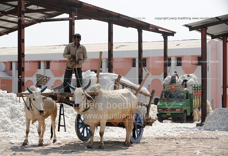 INDIA, Madhya Pradesh, Khargone, Mahima ginning factory, processing of fair trade and organic cotton, farmer supply cotton by bullock cart / INDIEN Madhya Pradesh , Entkernung von fairtrade und Biobaumwolle bei Mahima Fibres Ltd.