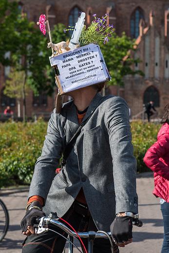 """Am Samstag den 16. Mai 2020 demonstrierten in Berlin an mehreren Orten mehrere hundert Menschen mit sog. """"Hygiene-Demonstrationen"""" gegen die Einschraenkungen zur Eindaemmung der Covid-19-Pandemie. An diesen """"Hygiene-Demonstrationen"""" nahmen vor allem Verschwoerungsanhaenger aber auch Hooligans, Neonazis und andere Rechte teil.<br /> Im Bild: <br /> 16.5.2020, Berlin<br /> Copyright: Christian-Ditsch.de<br /> [NUR FUER REDAKTIONELLE ZWECKE! Werbung nur auf Anfrage beim Fotografen. Inhaltsveraendernde Manipulation des Fotos nur nach ausdruecklicher Genehmigung des Fotografen. Vereinbarungen ueber Abtretung von Persoenlichkeitsrechten/Model Release der abgebildeten Person/Personen liegen nicht vor. NO MODEL RELEASE! Don't publish without copyright Christian-Ditsch.de, Veroeffentlichung nur mit Fotografennennung, sowie gegen Honorar, MwSt. und Beleg. Konto: I N G - D i B a, IBAN DE58500105175400192269, BIC INGDDEFFXXX, Kontakt: post@christian-ditsch.de<br /> Bei der Bearbeitung der Dateiinformationen darf die Urheberkennzeichnung in den EXIF- und  IPTC-Daten nicht entfernt werden, diese sind in digitalen Medien nach §95c UrhG rechtlich geschuetzt. Der Urhebervermerk wird gemaess §13 UrhG verlangt.]"""