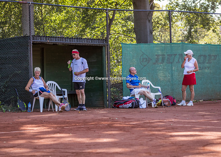 Hilversum, The Netherlands,  August 21, 2020,  Tulip Tennis Center, NKS, National Senior Tennis Championships, Men's single 75+, Looking for shade<br /> Photo: Tennisimages/Henk Koster