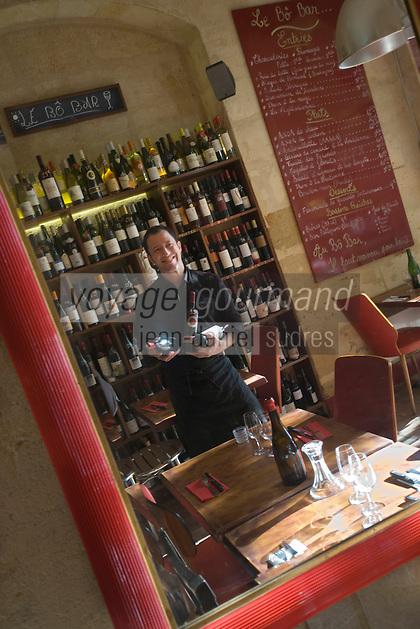 """Europe/France/Aquitaine/33/ Gironde/Bordeaux:  Benoit Veyrier-Logerias dans son  bar à vin """"Le Bô Bar"""" 9 place St pierre   [Non destiné à un usage publicitaire - Not intended for an advertising use]"""