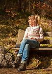 Deutschland, Bayern, Chiemgau; junge Frau geniesset die ersten Sonnenstrahlen im Fruehling | Germany, Bavaria, Chiemgau: young woman enjoying the first warm sun rays in spring