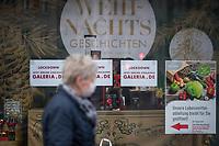 """Eindruecke vom ersten Tag des zweiten sog. """"Corona-Lockdown"""" aus der Berliner Sclossstrasse, eine der beliebtesten Einkaufsstrassen.<br /> Im Bild: Im Schaufenster einer geschlossenen Fliliale von Galeria-Kaufhof wird fuer online-Shopping geworben.<br /> 16.12.2020, Berlin<br /> Copyright: Christian-Ditsch.de"""