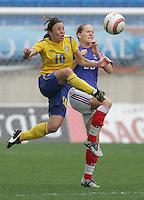 MAR 15, 2006: Faro, Portugal:  Hanna Ljungberg, Laure Lepailleur