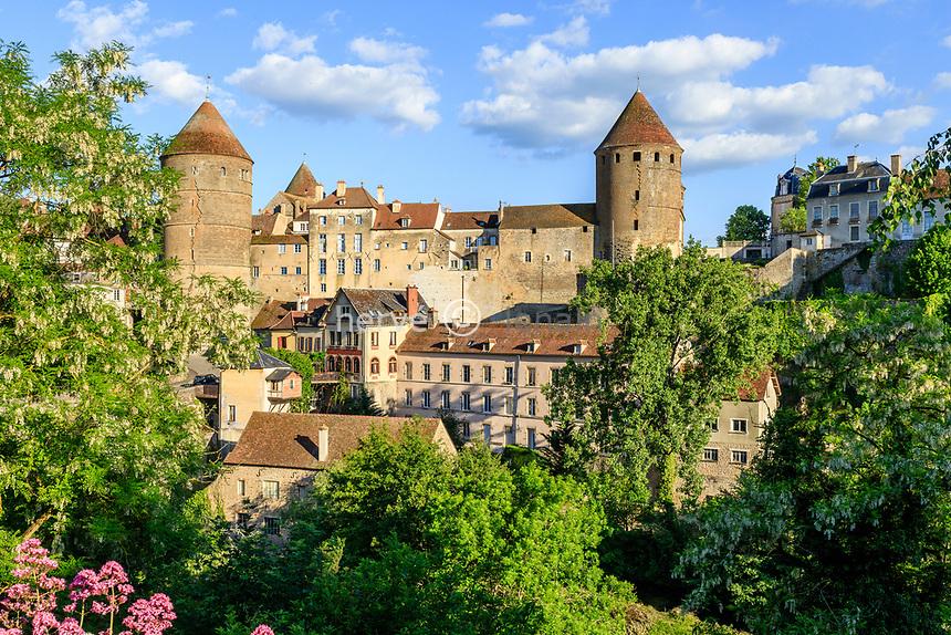 France, Cote d'Or, Semur en Auxois, medieval town with the fortified castle // France, Côte-d'Or (21), Semur-en-Auxois, cité médiévale et le château fort