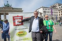 """Pflege in Bewegung - Bundesweite Gefaehrdungsanzeige.<br /> Am Freitag den 12. Mai fand in Berlin zum """"Internationaler Tag der Pflege"""" die Abschlussveranstaltung der Aktionskampagne """"bundesweite Gefaehrdungsanzeige"""" am Brandenburger Tor statt.<br /> Neben Redebeitraegen von Politik gab es es Statements von Initiatoren der Kampagne und Aktivisten der Pflegeszene, sowie Politiker der Linkspartei, der SPD und der Gruenen. Erstmals wurde das Strategiepapier """"Zukunft(s)Pflege"""" oeffentlich vorgestellt.<br /> Im Anschluss wurden ueber 8.500 Unterschriften im Bundesgesundheitsministerium uebergeben.<br /> Im Bild: Bernd Riexinger, Parteivorsitzender der Linkspartei drueckt den Alarmknopf fuer die Gefaehrdungsanzeige.<br /> 12.5.2017, Berlin<br /> Copyright: Christian-Ditsch.de<br /> [Inhaltsveraendernde Manipulation des Fotos nur nach ausdruecklicher Genehmigung des Fotografen. Vereinbarungen ueber Abtretung von Persoenlichkeitsrechten/Model Release der abgebildeten Person/Personen liegen nicht vor. NO MODEL RELEASE! Nur fuer Redaktionelle Zwecke. Don't publish without copyright Christian-Ditsch.de, Veroeffentlichung nur mit Fotografennennung, sowie gegen Honorar, MwSt. und Beleg. Konto: I N G - D i B a, IBAN DE58500105175400192269, BIC INGDDEFFXXX, Kontakt: post@christian-ditsch.de<br /> Bei der Bearbeitung der Dateiinformationen darf die Urheberkennzeichnung in den EXIF- und  IPTC-Daten nicht entfernt werden, diese sind in digitalen Medien nach §95c UrhG rechtlich geschuetzt. Der Urhebervermerk wird gemaess §13 UrhG verlangt.]"""