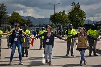 BOGOTA - COLOMBIA, 28-11-2018: expresiones artísticas, como la danza, la música, etc... se toman las calles de Bogotá durante la jornada en donde miles de estudiantes nuevamente salen a protestar hoy, 28 de noviembre de 2018, contra el gobierno Duque por la falta de recursos en la educación. / Artistic expressions, like dance, music, etc... take the Bogotá streets during the journey where thousands of students go to the streets to protest today, November 23, 2018, against the central goverment for the lack of bugdget to the education. Photo: VizzorImage / Nicolas Aleman / Cont