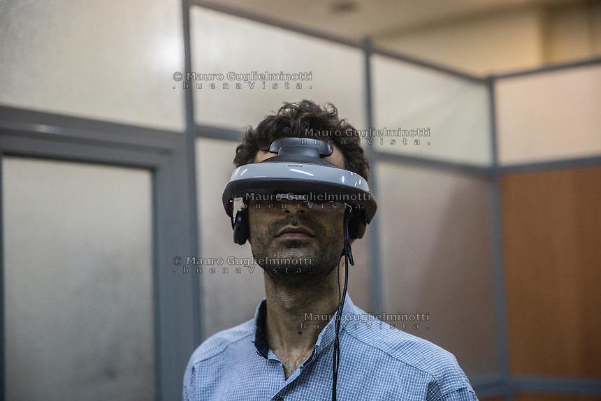 laboratorio di realtà virtuale del Politecnico di Teheran virtual reality laboratory of Teheran University Polytechnic, un ricercatore con il casco