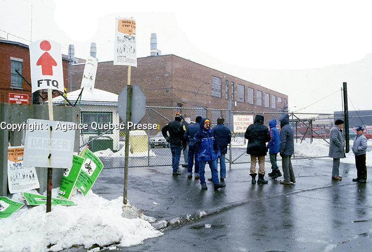 February  1986 File Photo -  Montreal city blue colar workers strike.<br /> <br /> Greve des cols bleus de la ville de MontrÈal en fÈvrier 1986