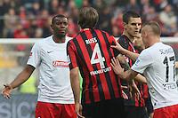 Karim Guede (Freiburg) und Marco Russ (Eintracht) tauschen Nettigkeiten aus - Eintracht Frankfurt vs. SC Freiburg, Commerzbank Arena