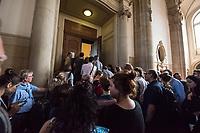 Prozess vor dem Amtsgericht Berlin gegen einen 19jaehrigen aus Syrien stammenden Palaestinenser, der am 17. April 2018 in Berlin zwei einen Israeli und einen Deutsch-Marokkaner antisemitisch beschimpft und mit seinem Guertel geschlagen haben soll. Der Deutsch-Marokkaner und sein israelischer Freund hatten im Stadtteil Prenzlauer Berg eine Kippa gerragen, als sie von dem 19jaehrigen Angeklagten zuerst beschimpft und dann geschlagen wurden.<br /> Im Bild: Journalisten und Prozessbesucher vor dem Gerichtssaal.<br /> 19.6.2018, Berlin<br /> Copyright: Christian-Ditsch.de<br /> [Inhaltsveraendernde Manipulation des Fotos nur nach ausdruecklicher Genehmigung des Fotografen. Vereinbarungen ueber Abtretung von Persoenlichkeitsrechten/Model Release der abgebildeten Person/Personen liegen nicht vor. NO MODEL RELEASE! Nur fuer Redaktionelle Zwecke. Don't publish without copyright Christian-Ditsch.de, Veroeffentlichung nur mit Fotografennennung, sowie gegen Honorar, MwSt. und Beleg. Konto: I N G - D i B a, IBAN DE58500105175400192269, BIC INGDDEFFXXX, Kontakt: post@christian-ditsch.de<br /> Bei der Bearbeitung der Dateiinformationen darf die Urheberkennzeichnung in den EXIF- und  IPTC-Daten nicht entfernt werden, diese sind in digitalen Medien nach §95c UrhG rechtlich geschuetzt. Der Urhebervermerk wird gemaess §13 UrhG verlangt.]