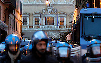 Forze dell'ordine in tenuta antisommossa schierate davanti all'Ambasciata di Francia durante una manifestazione in occasione del vertice intergovernativo italo-francese a Roma, 20 novembre 2013.<br />