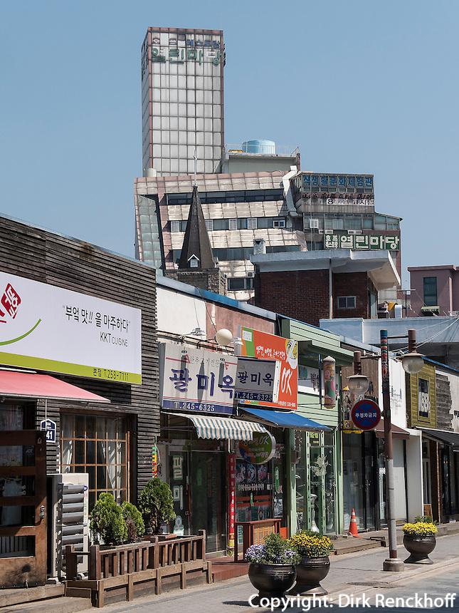 Straße beim Südtor der Festung, Suwon, Provinz Gyeonggi-do, Südkorea, Asien<br /> Street near Southgate of fortress, Suwon, Province Gyeonggi-do, South Korea Asia