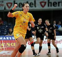 """1. Bundesliga Handball Damen - Frauen Handball BL DHB - Arena Leipzig - HC Leipzig : TSV Bayer 04 Leverkusen """"Handballelfen"""" - im Bild: Luisa Schulze (HCL) jubelt - hinten ein Leverkusener Trio . Foto: Norman Rembarz..Norman Rembarz , Autorennummer 41043728 , Augustenstrt. 2, 04317 Leipzig, Tel.: 01794887569, Hypovereinsbank: BLZ: 86020086, KN: 357889472, St.Nr.: 231/261/06432 - Jegliche kommerzielle Nutzung ist honorar- und mehrwertsteuerpflichtig! Persönlichkeitsrechte sind zu wahren. Es wird keine Haftung übernommen bei Verletzung von Rechten Dritter. Autoren-Nennung gem. §13 UrhGes. wird verlangt. Weitergabe an Dritte nur nach  vorheriger Absprache.."""