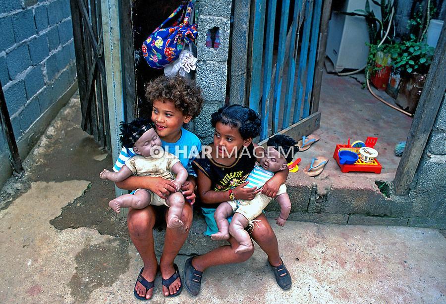 Crianças com bonecas na favela de Heliópolis. São Paulo. 1994. Foto de Juca Martins.