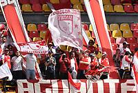 BOGOTA - COLOMBIA, 25-09-2021: Hinchas de Independiente Santa Fe animan a su equipo en el retorno de los aficionados al abrir asistencia durante partido de la fecha 11 entre Independiente Santa Fe y Envigado F. C. por la Liga BetPlay DIMAYOR II 2021, en el estadio Nemesio Camacho El Campin de la ciudad de Bogota. / Fans Independiente Santa Fe cheer for their team in the return of the fans by opening assistance during a match of the 11th date between Independiente Santa Fe and Envigado F. C., for the BetPlay DIMAYOR II 2021 League at the Nemesio Camacho El Campin Stadium in Bogota city. / Photo: VizzorImage / Luis Ramirez / Staff.