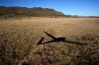 4415 / Duo Schatten: AFRIKA, SUEDAFRIKA, 09.01.2007:Schatten eines Segelflugzeugs vom Typ Duo Discus beim Landeanflug auf den Flugplatz Gariepdam