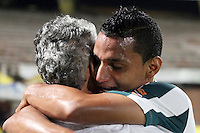 CUCUTA -COLOMBIA, 21-11-2015: Brayan A. Rovira jugador se abraza con Reinaldo Rueda técnico de Atlético Nacional al termino del partido con Cúcuta Deportivo por la fecha 20 de la Liga Aguila II 2015 disputado en el estadio General Santander de la ciudad de Cúcuta./ Brayan A. Rovira player takes a hug with Reinaldo Rueda coach of Atletico Nacional at the end of the match against Cucuta Deportivofor the date 20 of the Aguila League II 2015 played at General Santander stadium in Cucuta city. Photo: VizzorImage / Manuel Hernandez /