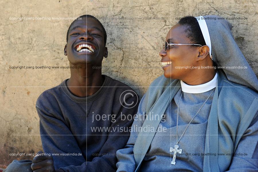 ZAMBIA Ndola township Nkwazig, HIV orphans / SAMBIA Ndola im Copperbelt, township Nkwazig, katholische Kirche betreibt ein Counselling Center fuer Aids Waisen und -kranke, Schwester Pascalena besucht eine Familie mit Aids Waisen, Junge David 17 Jahre