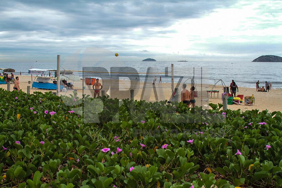 RIO DE JANEIRO, RJ, 21.11.2013 - Céu coberto e tempo abafado na Praia de Ipanema, Zona Sul da cidade, neste primeiro dia do verão. (Foto. Néstor J. Beremblum / Brazil Photo Press)