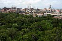 Alunorte, a maior refinaria de alumina do mundo <br /> Em 1978, um acordo entre os governos do Brasil e do Japão — que contou com a participação da Vale (na época, chamada de Companhia Vale do Rio Doce) — criou a empresa Alunorte - Alumina do Norte do Brasil S.A, idealizada para integrar a cadeia produtiva do alumínio no Pará, estado rico em bauxita, matéria-prima da alumina.<br /> Construída estrategicamente em Barcarena, município situado a 40 quilômetros, em linha reta, de Belém (PA), a Alunorte iniciou suas operações em julho de 1995, após um período de paralisação das obras em função de uma crise no mercado, que retardou a implantação do projeto.<br /> Em 2000, iniciou-se o primeiro projeto de expansão da refinaria, que foi concluído em 2003. Com a ampliação, a capacidade produtiva passou de 1,6 para 2,5 milhões de toneladas de alumina por ano. Com esse salto na produção, a empresa ganhou destaque no cenário internacional e passou a figurar como a maior refinaria da América Latina e a quarta do mundo. Nesse mesmo ano, iniciou-se a segunda expansão.<br /> A conclusão da segunda expansão terminou no primeiro semestre de 2006, consolidando a Alunorte como a maior refinaria de alumina do planeta. A empresa chegava então a uma capacidade de produção de 4,4 milhões de toneladas de alumina por ano, gerando emprego para cerca de 2,5 mil pessoas (funcionários próprios e contratados).<br /> Em agosto de 2008, a Alunorte concluiu as obras da Expansão 3, um investimento de R$ 2,2 bilhões que capacitou a empresa para produzir 6,26 milhões de toneladas de alumina por ano. Com esse patamar, a Alunorte passou a ser responsável por 7% da produção mundial de alumina.<br /> Barcarena, Pará, Brasil.<br /> Foto: ©Paulo Santos<br /> 2006 Processo de refino da bauxita