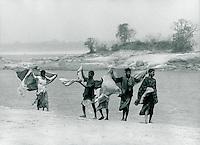Männer am Fluss, Indien 1974