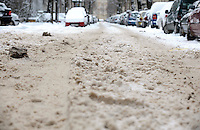 Nach ergiebigem Schneefall in den letzten Tagen sind die Leipziger Starßen noch  immer voll von Schnee. Die Beräumung dauert an. Beräumungszustand in Leipzig Schleußig - im Bild:   Blick in die Brockhausstraße - hier keine Spur von Räumung.   Foto: Norman Rembarz..Norman Rembarz , Autorennummer 41043728 , Holbeinstr. 14, 04229 Leipzig, Tel.: 01794887569, Hypovereinsbank: BLZ: 86020086, KN: 357889472, St.Nr.: 231/261/06432 - Jegliche kommerzielle Nutzung ist honorar- und mehrwertsteuerpflichtig! Persönlichkeitsrechte sind zu wahren. Es wird keine Haftung übernommen bei Verletzung von Rechten Dritter. Autoren-Nennung gem. §13 UrhGes. wird verlangt. Weitergabe an Dritte nur nach  vorheriger Absprache..