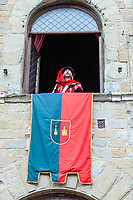 Italia,Arezzo, 135°giostra del Saracino, La disfida di Buratto Re delle Indie letta da Francesco Sebastiano Chiericoni,l'Araldo