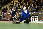 Berlin, Germany, January 31: Marco Miltkau #22 of Rot-Weiss Koeln tries to score during the 1. Bundesliga Herren Hallensaison 2014/15 semi-final hockey match between Rot-Weiss Koeln (dark blue) and Club an der Alster (red) on January 31, 2015 at the Final Four tournament at Max-Schmeling-Halle in Berlin, Germany. Final score 4-3 (2-2). (Photo by Dirk Markgraf / www.265-images.com) *** Local caption *** Marco Miltkau #22 of Rot-Weiss Koeln, Felix Reuss #31 of Club an der Alster