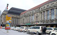 Stadtansichten 2009 - Taxi Stand am Hauptbahnhof. Foto: Norman Rembarz..Norman Rembarz , ( ASV-Autorennummer 41043728 ), Holbeinstr. 14, 04229 Leipzig, Tel.: 01794887569, Hypovereinsbank: BLZ: 86020086, KN: 357889472, St.Nr.: 231/261/06432 - Jegliche kommerzielle Nutzung ist honorar- und mehrwertsteuerpflichtig! Persönlichkeitsrechte sind zu wahren. Es wird keine Haftung übernommen bei Verletzung von Rechten Dritter. Autoren-Nennung gem. §13 UrhGes. wird verlangt. Weitergabe an Dritte nur nach  vorheriger Absprache..