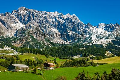 Oesterreich, Salzburger Land, Pinzgau, Bauernhoefe bei Dienten vorm Hochkoenig (2.941 m)   Austria, Salzburger Land, Pinzgau, farmhouses near Dienten with Hochkoenig mountains