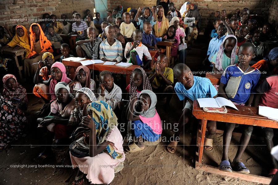 KENIA Fluechtlingslager Kakuma in der Turkana Region , hier werden ca. 80.000 Fluechtlinge aus Somalia Sudan Aethiopien u.a. vom UNHCR versorgt, somalische Kinder in der PALUTAKA PRIMARY SCHOOL  / KENYA Turkana Region, refugee camp Kakuma, where 80.000 refugees from Somali, Ethiopia, South Sudan receive shelter and food from UNHCR, somali children in PALUTAKA PRIMARY SCHOOL