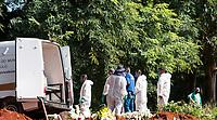 São Paulo , SP, 01.04.2021 - Sepultamentos Cemitério Vila Formosa-SP - Vista de sepultamentos  no Cemitério Vila Formosa na manhã desta quinta -feira (01). O maior cemitério da América Latina , fica localizado na zona leste da cidade de São Paulo SP, onde o número de sepultamentos teve um aumento cerca de  30%  com o crescimento de casos de Covid - 19 em na capital .O Brasil ultrapassa a marca 320 mil vítimas da Covid-19, sendo mais 74 mil no Estado de São Paulo.