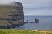 """Färöer, Färöer-Inseln, Färöer Inseln, """"Der Riese und das Trollweib"""", Risin und Kellingin, zwei große Steinsäulen etwa 2 km nördlich von Eiði vor der Nordküste Eysturoys, Basaltsäulen, Basaltsäule, Faroe, Faeroe Islands, sea stacks, """"The Giant and the Witch"""", Les Îles Féroé, Nordatlantik, Atlantik, Atlantischer Ozean"""
