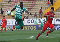BOGOTÁ - COLOMBIA ,16-03-2019: Carlos Ibarguen (Izq.) jugador de La Equidad  disputa el balón con Daniel Briceño  (Der.) jugador de Patriotas Boyacá durante partido por la fecha 10 de la Liga Águila I 2019 jugado en el estadio Metropolitano de Techo de la ciudad de Bogotá. / Carlos Ibarguen (L) player of La Equidad fights the ball  against of Daniel Brice?no (R) player of Patriotas Boyaca  during the match for the date 10 of the Liga Aguila I 2019 played at the Metropolitano de Techo  stadium in Bogota city. Photo: VizzorImage / Felipe Caicedo / Staff.