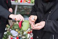 """Trauerbekundungen vor der franzoesischen Botschaft in Berlin anlaesslich der Ermordung von Redakteuren der Satierezeitschrift """"Charlie Hebdo"""" am 7. Januar 2015 in Paris.<br /> Bei einem Anschlag mit vorgeblich religioesen Motiven wurden zehn Mitarbeiter und Redakteure und zwei Polizisten durch Terroristen erschossen. Die Satierezeitschrift Charlie Hebdo war in der Vergangenheit mehrfach Ziel muslimischen Protesten, so wurden nach der Veroeffentlichung der """"Mohamed-Karrikaturen"""" das Redaktionsgebaeude am 2. November 2011 durch einen Brandanschlag zerstoert.<br /> Berlinerinnen und Berliner haben vor der Botschaft Blumen und Schilder mit der Aufschrift """"Je suis Charlie"""" (Ich bin Charlie), niedergelegt.<br /> 8.1.2015, Berlin<br /> Copyright: Christian-Ditsch.de<br /> [Inhaltsveraendernde Manipulation des Fotos nur nach ausdruecklicher Genehmigung des Fotografen. Vereinbarungen ueber Abtretung von Persoenlichkeitsrechten/Model Release der abgebildeten Person/Personen liegen nicht vor. NO MODEL RELEASE! Nur fuer Redaktionelle Zwecke. Don't publish without copyright Christian-Ditsch.de, Veroeffentlichung nur mit Fotografennennung, sowie gegen Honorar, MwSt. und Beleg. Konto: I N G - D i B a, IBAN DE58500105175400192269, BIC INGDDEFFXXX, Kontakt: post@christian-ditsch.de<br /> Bei der Bearbeitung der Dateiinformationen darf die Urheberkennzeichnung in den EXIF- und  IPTC-Daten nicht entfernt werden, diese sind in digitalen Medien nach §95c UrhG rechtlich geschuetzt. Der Urhebervermerk wird gemaess §13 UrhG verlangt.]"""