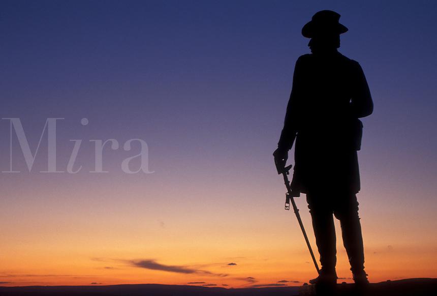 AJ4031, Gettysburg, battlefield, civil war, Gettysburg National Military Park, Pennsylvania, Silhouette of Gouvernor K. Warren statue on Little Round Top at sunset in Gettysburg Nat'l Military Park in Gettysburg in the state of Pennsylvania.