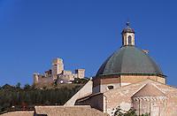 Italien, Umbrien, Kuppel von Dom San Rufino und Burg  in Assisi
