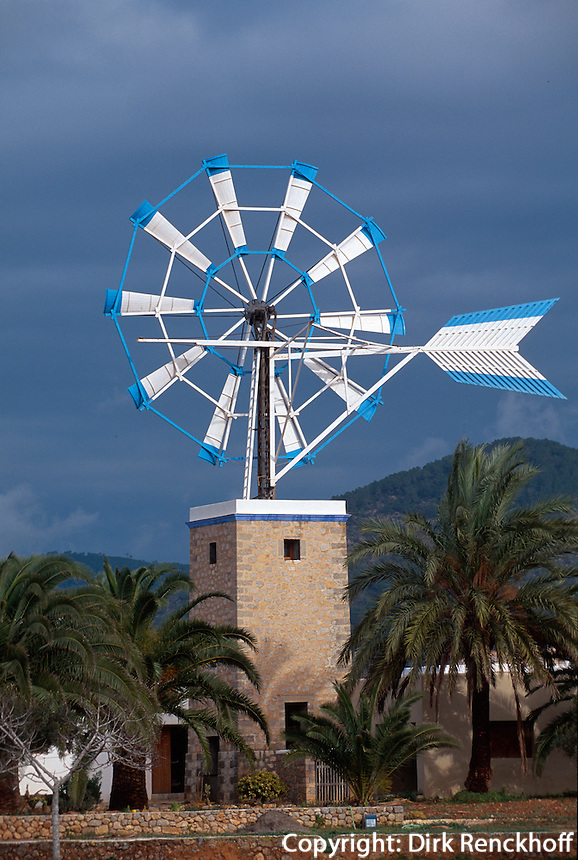 Spanien, Balearen, Ibiza, Windrad als Wasserpumpe in Sant Jordi de ses Salines