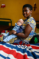 RWANDA, Butare, health center Gikonko, mother with child which was infected with hydrocephalus and operated here / RUANDA, Butare, Institut Saint Boniface, Krankenstation Gikonko, Mutter mit ihrem Kind, das mit der Krankheit Hydrozephalus operiert wurde, Frau Albertine und ihrem Kind Ella