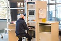 Das Brandenburger Solartechnologie-Unternehmen Oxford Photovoltaics Germany GmbH in Brandenburg an der Havel. Das Unternehmen ist eine Tochtergeseellschaft des britischen Unternehmens Oxford PV, das als Spin-Off der Universitaet Oxford gegruendet wurde.<br /> In dem Werk in Brandenburg soll eine Pilotlinie fuer die von Oxford PV entwickelte Perowskit-Solartechnologie aufgebaut und zur Marktreife gebracht werden. Mit dieser Technologie ist eine wesentlich hoehere Erzeugung von Solarstrom moeglich. Dazu investiert die Firma knapp 15 Millionen Euro in den Brandenburger Standort.<br /> Im Bild: Eine Anlage zu Beschichtung der Solarzellen.<br /> 8.2.2018, Brandenburg an der Havel<br /> Copyright: Christian-Ditsch.de<br /> [Inhaltsveraendernde Manipulation des Fotos nur nach ausdruecklicher Genehmigung des Fotografen. Vereinbarungen ueber Abtretung von Persoenlichkeitsrechten/Model Release der abgebildeten Person/Personen liegen nicht vor. NO MODEL RELEASE! Nur fuer Redaktionelle Zwecke. Don't publish without copyright Christian-Ditsch.de, Veroeffentlichung nur mit Fotografennennung, sowie gegen Honorar, MwSt. und Beleg. Konto: I N G - D i B a, IBAN DE58500105175400192269, BIC INGDDEFFXXX, Kontakt: post@christian-ditsch.de<br /> Bei der Bearbeitung der Dateiinformationen darf die Urheberkennzeichnung in den EXIF- und  IPTC-Daten nicht entfernt werden, diese sind in digitalen Medien nach §95c UrhG rechtlich geschuetzt. Der Urhebervermerk wird gemaess §13 UrhG verlangt.]