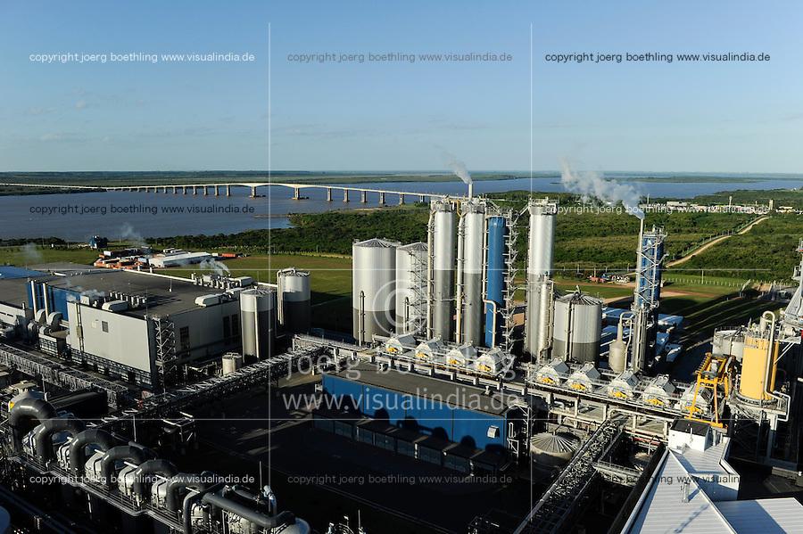 URUGUAY Fray Bentos ,  UPM pulp mill produce ECF (elemental chlorine free) pulp from FSC eucalyptus wood, Capacity, tonnes annually 1,100,000 and the mill produces electricity and steam for own consumption and in addition 20-30 MW electricity for the national grid , factory former known as BOTNIA, river Rio Uruguay and bridge to Argentina / URUGUAY Fray Bentos , Zellulosefabrik und Biomassekraftwerk der UPM ( vorher BOTNIA ) am Ufer des Fluss Uruguay , Herstellung von Zellulose aus FSC Eukalytus Holz fuer die Papierherstellung , ein eigenes Biomassekraftwerk produziert 40 MW Strom und Dampf