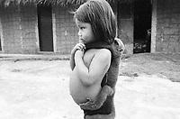 Criança werekena  brinca com macaco barrigudo na comunidade de Anamoim, alto rio Xié, fronteira do Brasil com a Colômbia. Amazonas , Brasil.<br />Foto Paulo Santos/Interfoto<br />06/06/2002 Expedição Werekena do Xié<br /> <br /> Os índios Baré e Werekena (ou Warekena) vivem principalmente ao longo do Rio Xié e alto curso do Rio Negro, para onde grande parte deles migrou compulsoriamente em razão do contato com os não-índios, cuja história foi marcada pela violência e a exploração do trabalho extrativista. Oriundos da família lingüística aruak, hoje falam uma língua franca, o nheengatu, difundida pelos carmelitas no período colonial. Integram a área cultural conhecida como Noroeste Amazônico. (ISA)