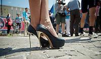 2013 Giro d'Italia.stage 10. .golden killer heels on pavé