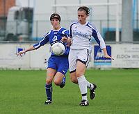 Famkes Merkem - DVC Zuid-West : Lindsay Versichel (rechts) in duel met Laurence Alderweirelt.foto VDB / BART VANDENBROUCKE