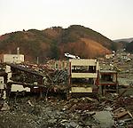 A car is flipped over on the forth floor of a building Ishinomaki, Miyagi, which means that the wave height of more than 16 meters hit this area.<br /> <br /> On March 11, 2011, the earthquake of magnitude 9.0, the biggest earthquake in the history of Japan and the fourth biggest earthquake in the world after year 1900, shocked the Tohoku area of Japan. In about 30 minutes, devastating tsunami reached, affecting the coastline with a length of 500 km (310 miles). The tsunami wave height of 39 meters (128 feet) was recorded in a port town in Tohoku. The tsunami swallowed villages along the coast and washed away all houses. The earthquake and tsunami killed more than 15,800 people, and still more than 3,500 people are missing.<br /> <br /> Une voiture est renversée au quatrième étage d'un bâtiment d'Ishinomaki, Miyagi, ce qui signifie qu'une hauteur de vague de plus de 16 mètres a frappé cette zone.<br /> <br /> Le 11 mars 2011, le séisme de magnitude 9,0, le plus important de l'histoire du Japon et le quatrième plus grave au monde après 1900, a choqué la région de Tohoku au Japon. En environ 30 minutes, le tsunami dévastateur a atteint, affectant le littoral avec une longueur de 500 km (310 miles). La hauteur de vague du tsunami de 39 mètres (128 pieds) a été enregistrée dans une ville portuaire de Tohoku. Le tsunami a englouti des villages le long de la côte et a emporté toutes les maisons. Le séisme et le tsunami ont tué plus de 15 800 personnes et plus de 3 500 personnes sont toujours portées disparues.