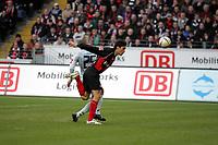 Kopfballabwehr von Chris (Eintracht Frankfurt) gegen Mohamed Zidan (FSV Mainz 05)