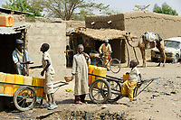 NIGER Maradi, selling of drinking water in Slum / NIGER Maradi Wasserverkauf in einem Slum