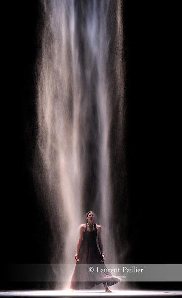 """MARIE-AGNES<br /> Marie-Agnès Gillot dans """"White darkness"""" de Nacho Duato<br /> Ballet de l'Opéra National de Paris à L'opéra Garnier le 28/04/2009"""